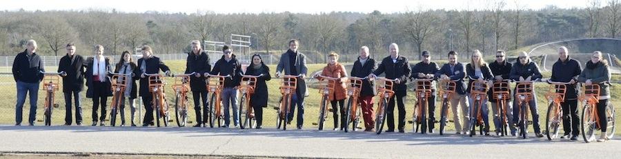 Papendal: Die Netzwerker erkundeten das nationale Sportzentrum mit dem Fahrrad, hier vor der BMX-Bahn, die der olympischen von London nachgebaut worden ist. Foto: and