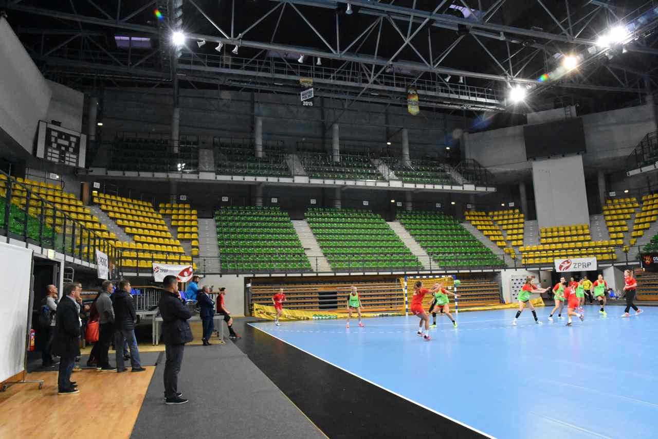 Platz für 5000 Fans: Netzwerkmitglieder beim Training des polnischen Handballnationalteams der Frauen.